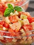 Tomat, räkor och avokadosallad Arkivbild