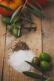 Tomate, aceite dos aceitunas y Foto de Stock