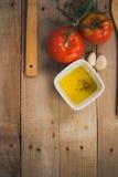 Tomate, aceitunas y aceite Stock Afbeeldingen