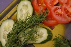 Tomate, ajo y albahaca en el fondo blanco, visión superior fotografía de archivo libre de regalías