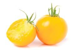Tomate amarelo com metade isolado no fundo branco Imagens de Stock