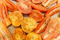 Tomate amarillo y rojo del corte con las especias de la hierba Fondo del alimento tapa Imagen de archivo