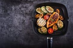 Tomate asado a la parrilla del calabacín con pimienta de chile Cocina mediterránea o griega italiana Comida del vegetariano del v Fotos de archivo
