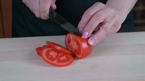 Tomate auf dem Schneidebrett stock footage