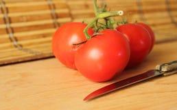 Tomate auf dem Tisch Stockfotos