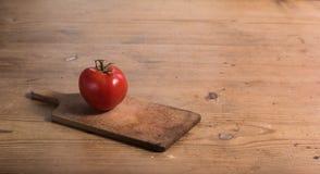 Tomate auf dem Tisch Stockbilder