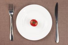 Tomate auf der Platte lizenzfreie stockfotos
