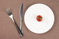 Tomate auf der Platte stockfotografie