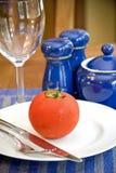 Tomate auf einer Platte Stockfotos
