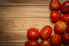 Tomate auf hölzernem Hintergrund Stockfoto