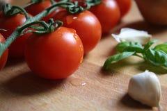 Tomate auf hölzernem Vorstand Stockbild