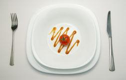 Tomate auf weißer Platte Stockbilder