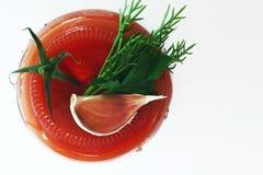 Tomate avec le vert d'isolement Image libre de droits