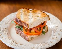 Tomate Basil Sandwich auf Toastbrot stockbilder