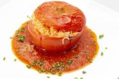 Tomate bourrée avec la garniture de sauce et de ciboulette image stock