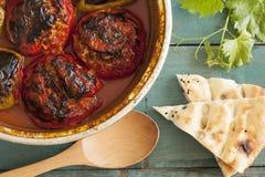 Tomate bourrée dans la casserole de cuivre Photo stock