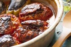 Tomate bourrée dans la casserole de cuivre Photos libres de droits
