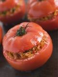 Tomate bourrée de boeuf sur une feuille de traitement au four Images libres de droits