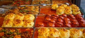 Tomate bourrée de la viande Plateaux remplis de sucreries photographie stock libre de droits