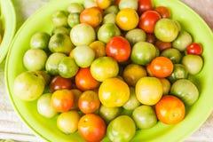 Tomate-cerise à vendre au marché thaïlandais local Images stock