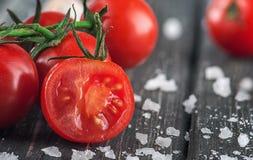 Tomate-cerise et sel coupés en tranches Image libre de droits