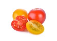 Tomate-cerise rouge et jaune fraîche sur le fond blanc Photographie stock libre de droits
