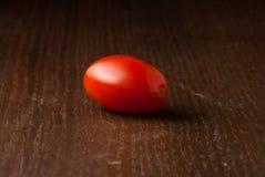 Tomate-cerise simple sur la table en bois Image libre de droits