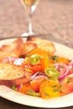 tomate colorée de salade de plaque Image stock