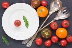 Tomate colorido fresco da variedade para a salada fotografia de stock royalty free