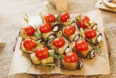 Tomate com beringelas rolo e queijo Fotografia de Stock