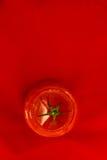 Tomate com o verde isolado Fotografia de Stock