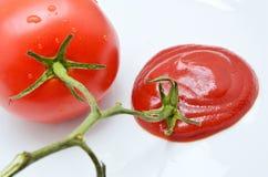 Tomate con la salsa de tomate Fotos de archivo libres de regalías