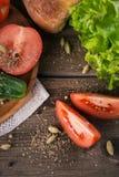 Tomate, concombre, laitue, baguette et épices image stock