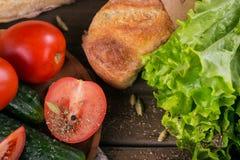 Tomate, concombre, laitue, baguette et épices photo stock