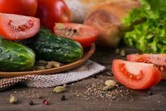 Tomate, concombre, laitue, baguette et épices photos stock