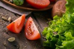 Tomate, concombre, laitue, baguette et épices photos libres de droits