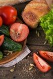Tomate, concombre, laitue, baguette et épices photographie stock