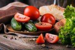 Tomate, concombre, laitue, baguette et épices images stock