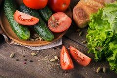 Tomate, concombre, laitue, baguette et épices photographie stock libre de droits