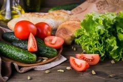 Tomate, concombre, laitue, baguette, huile d'olive et épices photo stock