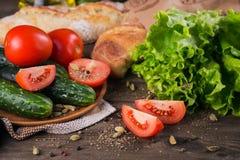 Tomate, concombre, laitue, baguette, huile d'olive et épices images stock