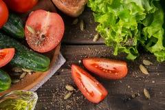 Tomate, concombre, laitue, baguette, huile d'olive et épices image stock