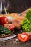 Tomate, concombre, laitue, baguette, huile d'olive et épices images libres de droits