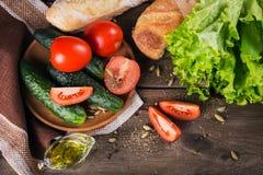 Tomate, concombre, laitue, baguette, huile d'olive et épices photos stock