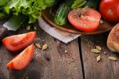 Tomate, concombre, laitue, baguette, huile d'olives et épices photo libre de droits