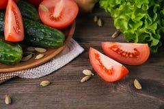 Tomate, concombre, laitue et épices images libres de droits
