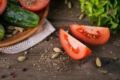 Tomate, concombre, laitue et épices images stock