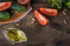 Tomate, concombre, laitue, huile d'olive et épices images libres de droits