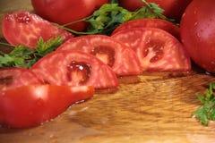 Tomate cortado na placa de estaca de madeira Foto de Stock