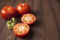 Tomate coupée dedans à moitié Photo libre de droits